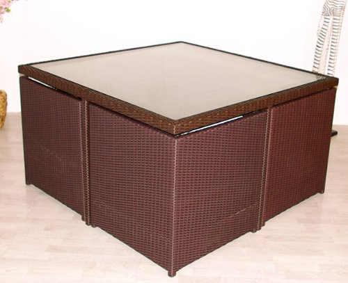 Ratanová křesla schovaná pod stolem