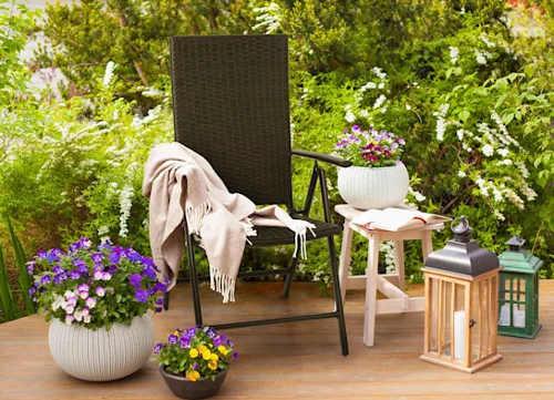 Židle z umělého ratanu pro romantické posezení na zahradě