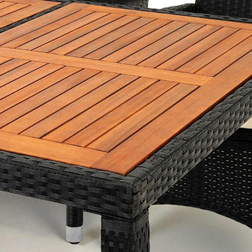Stůl z umělého ratanu s dřevěnou deskou