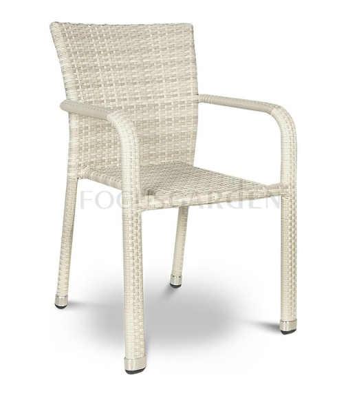 Světlá venkovní židle z umělého ratanu