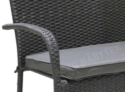 Boční područky zahradní lavičky jsou taky opleteny umělým ratanem
