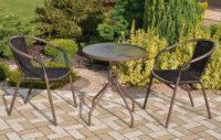 Kovový stůl a dvě židle na balkon s výpletem z umělého ratanu