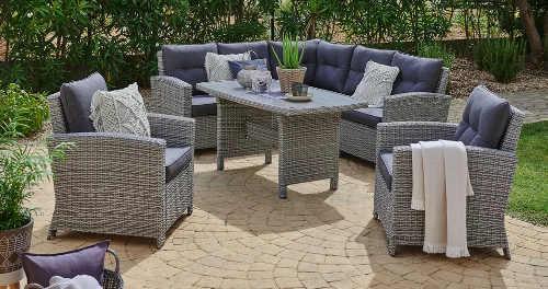 Moderní souprava zahradního nábytku z šedého umělého ratanu